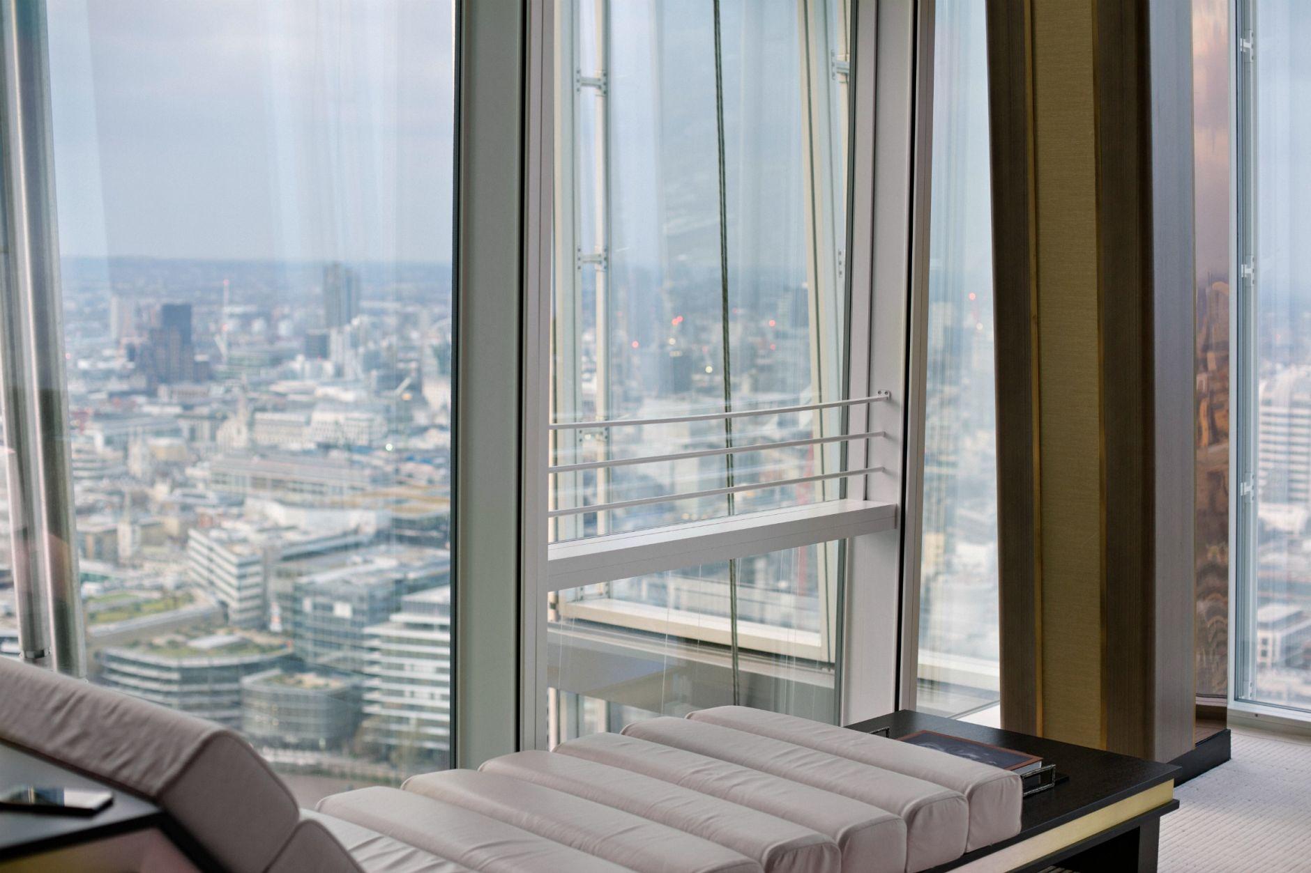 disi-couture-travel-shangri-la-hotel-shard-london-tower-bridge-england-edisa-shahini-02